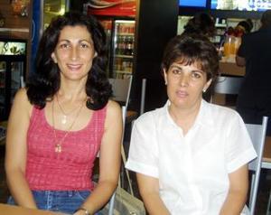 María Teresa y Lourdes Zurita fueron captadas en el aeropuerto local.