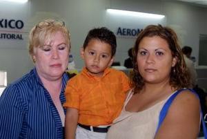Con destino a Cancún viajaron María Guadalupe de Dugay y su nieto Samer Antunia Dugay. Los despidió Sandra Dugay.