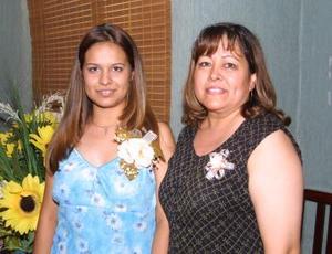 Cindy Luz María Ramírez Martínez junto a su mamá Josefina Martínez de Ramírez en la fiesta de despedida que le ofrecieron recientemente.