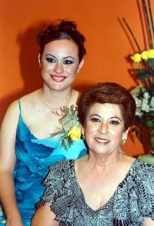 Alma María González Treviño al lado de su mamá, señora Alma Letivia Treviño Vda de González,quien le deseó la mejor de las suertes en su cercano matrimonio.