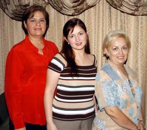 Laura Cecilia Lozano Villarreal en compañía de su mamá Nancy Villarreal de Lozano, y su futura suegra, María de la Luz Vega, en la fiesta de despedida que le ofrecieron.