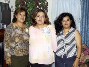Cristina Trejo de Romo en la reunión de regalos para bebé que le prepararon Dora Esther y Julieta Trejo.