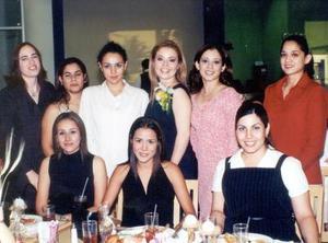 En la fiesta de despedida de Lizeth Salazar Hermosillo estuvieron presentes, Lili Bustos, Laura Esparza, tania Hernández y Ana Laura Jazmín (de pie), y Dahlia, Myrna y Jessica (sentadas).