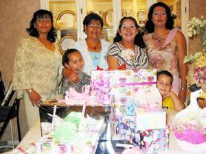 María de la Luz Torre de Castillo, junto a las asistentes a la fiesta de regalos que le ofrecieron al bebé que espera
