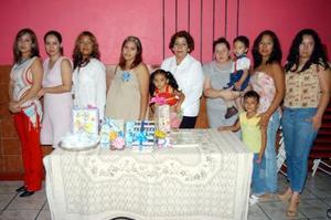Rocío Lorena Pérez Valenzuela fue captada en compañía de las asistentes al convivio, que le ofrecieron por el cercano nacimiento de su bebé. Las anfitrionas fueron María Elena Pérez de Bruno y Carmen Valenzuela de Pérez.