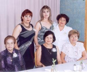 Valeria Elizabeth Campuzano con un grupo de invitadas a su despedida de soltera, ellas son, Julia Velazco, Guadalupe de Rivas, Rebeca de Mora, Socorro Reyes y Carmelita de Mora.