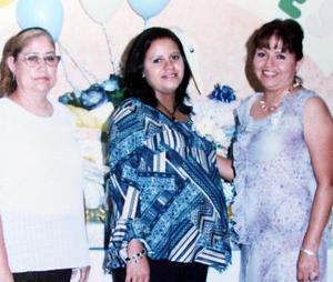 La señora Wendy Gutiérrez espera a su primer bebé, y fue festejada con una reunión organizada por María Guadalupe Betancourt y Rosa María García.