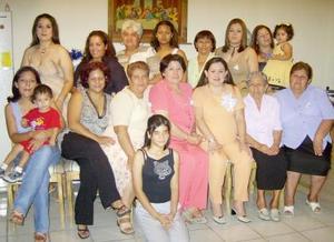 Fabiola Silos de López espera su primer bebpe y por tal motivo le ofrecieron una fiesta de canastilla las señoras Silvia Reyes de López y Laura López de Fernández.