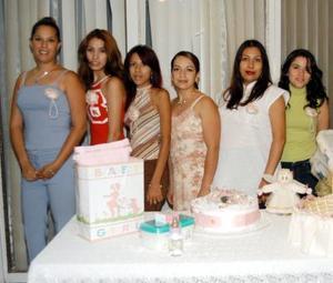 Irma Angélica Corona de Ochoa recibió numerosos presntes en la fiesta de canastilla que le ofreció la señora Maricela Corona Muñiz.