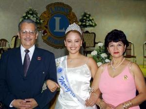 Señorita Mayra Sandoval, reina del club de Leones Torreón, en compañía de sus padres.