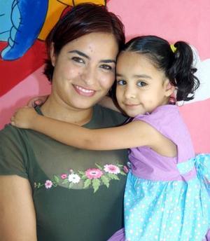 Alondra Rentería Meraz y su mamá Alondra Meraz Reyes en el festejo que le ofreció por su cumpleaños.
