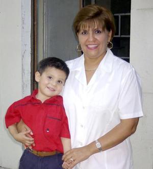 Eduardo Díaz Salazar acompañado de su mamá Verónica Salazar en el festejo que le ofrecieron por su tercer cumpleaños.