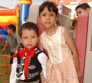 Fernando Adrián Tapia Jiménez fue captado el día que festejó su tercer cumpleaños en compañía de su hermana Sheila Angélica.