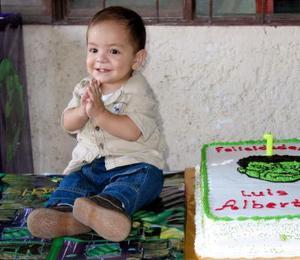 Luis Alberto Morales Vega apagó la primera vela de su pastel de cumpleaños que le obsequiaron sus padres Luis Alberto Morales y Ana Laura Vega.