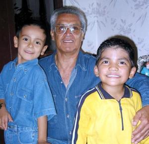 Martín Martínez Ramírez cumplió cinco años de edad y estuvo acompañado en su festejo por su abuelo el señor Juan Ramírez y su primo Byron Ramírez.