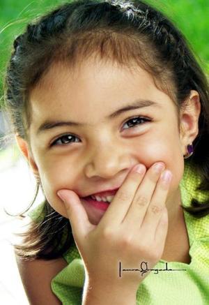 Niña Andrea Flores Aguirre en una fotografía de estudio con motivo de sus cinco años de vida.