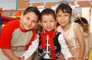 Fernando Adrián Tapia Jiménez con su primo José Antonio Tapia y su hermana Shelia, en el festejo que le ofrecieron por su tercer aniversario de vida, en días pasados.