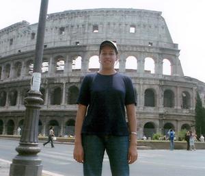 María de los Ángeles Guerrero en sus vacaciones por Europa, atrás de ella se aprecia el Coliseo Romano.