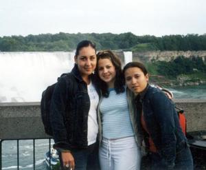 Mimi Llamas, Dely Gallegos y Cristina Hernández en las Cataratas del Niágara en Canadá.
