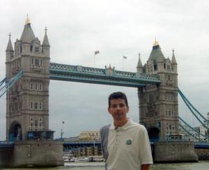 Roberto Ortiz Perales en su reciente visita por Europa, en la gráfica se encuentra en la ciudad de Londres, Inglaterra.