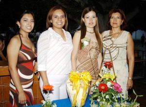 <u>  07 de septiembre </u> <p> Yamei Gabriela Porras Serna junto a las anfitrionas de su despedida de soltera, Silvia Ruiz, Silvia Arellano Ruiz y Cinthia Lizeth Arellano