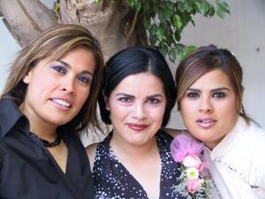 Susana Ortiz Villarreal con sus hermanas Brenda y Selene Ortiz en la despedida de soltera que le ofrecieron por su enlace con Alejandro Orduña.