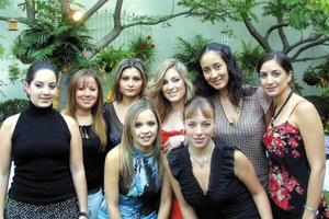 Paola Boehringer, cercana contrayente con sus amigas, Valeria, Adriana, María, Cristina, Laura, Alejandra e Isabel el día de su  despedida de soltera.