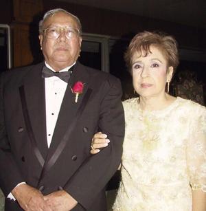 Fernando Chew Machado y Gloria Gómez Llanos de Chew en la boda de su hija Carolina.