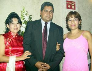 Leticia, Joely Judith Hortencia en la recepción nupcial de Román y Wendy.
