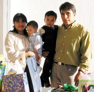Willy Fabián Rivera Hernpandez con sus papás Wilfrido Rivera López y Rosa María H. de Rivera y su hermano Santiago en el convivio que le ofrecieron por sus tres años de vida