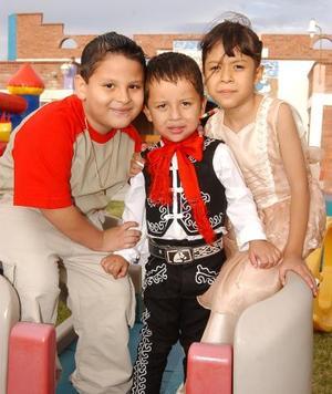 <U> 11 de septiembre </u> <P> En su fiesta de cumpleaños Fernando Adrián Tapia Jiménez posó junto a su primo José Antonio Tapia y su hermana Sheila.