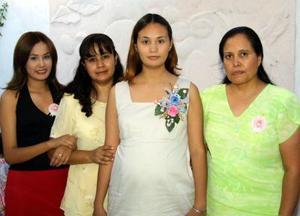 Con una fiesta de canastilla festejaron a Jannette Samir Gómez de Ramírez al que acudió un grupo de familiares.