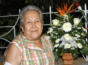 Consuelo V. de Huerta fue festejada en su onomástico con un convivio ofrecido por Alejandra, Rosa María y  Raquel Huerta.