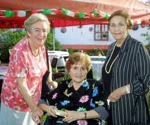 Doña Martha Galván de Conte con sus amigas Ana Velina de Grahm y  Ana Viscaíno en la reunión que le ofrecieron por su onomástico.