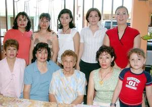 La señora Eloísa Hernández Vázquez celebró su 75 aniversario de vida con un convivio al que acuedieron sus hijos y nietos.