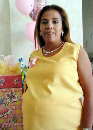 <u> 10 septiembre 2003 </u> Regalos para su bebé que está por nacer le llevaron a Lupita A. de Porras en la fiesta de canastilla que le ofrecieron.