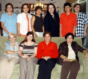 Laura Cecilia Lozano Villarreal con damas asistentes a la despedida de soltera que le ofrecieron.