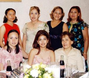 Un grupo de damas acompañan a Martha Lizeth Esparza Andrade en el convivio pre nupcial que le prepararon su futura suegra María Guadalupe Morillón y Montse Martínez Morillón.