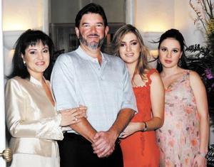 <u> 11 de septiembre </u> <p> Paola Boehringer acompañada por sus padres, Norma de Boehringer y Ernesto Boehringer Lugo y su hermana Valeria  B. de Berlanda.