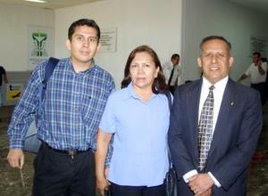 <u> 09 de septiembre </u> <p> Fernando Rangel regresó de la capital del país, lo recibió Elena Gutiérrez de Rangel y Luis Fernando Rangel de León.