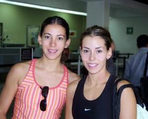Bárbara y Sabrina Rubio fueron captadas en el aeropuerto luego de despedir a su mamá que viajó a Dallas Texas.