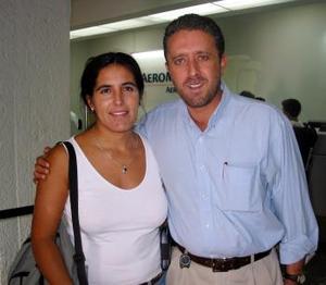 Agustina Díaz de Balcázar se trasladó a Ixtapa en plan vacacional la despidió su esposo  Jorge Balcázar.