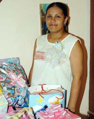 Dina Érika Cedillo de Ortiz en la reunión de regalos para bebé que le preparó Norma Laura Martínez .