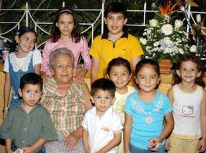 <U> 12 de septiembre </u> <P>Consuelo V. de Huerta con sus nietos en el convivio que le preparó su familia con motivo de su onomástico.