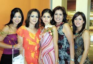 Luz María Herrera Guerrero captada en su primera despedida de soltera, la acompañan su mamá Luz María Guerero de Herrera, su futura suegra, Belinda Romero de Nahle, Valeria Nahle y Carolina Herrera.