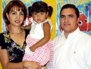 Arturo Figueroa Díaz y Verónica Galaviz de Figueroa con su hija Paola en un convivio que le ofrecieron por sus tres años de edad.