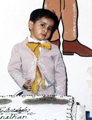 Con un atractivo traje de charro, Jonatan acudió al convivio que le ofrecieron sus papás Juan Francisco Gutiérrez y Refugio A. de Gutiérrez por su tercer aniversario.