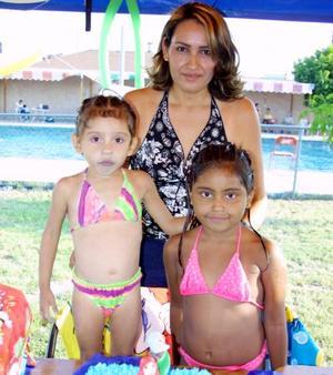 Dayane y Luisa Fernanda Fermán Cabrales celebraron sus respectivos cumpleaños en una fiesta infantil, las acompaña su mamá Isabel Cabrales de Fermán.