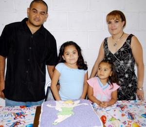 Itza Marene Chihuahua Ornelas con sus papás Omar Jesús Chiuhuahua Carillo e Itza  y su hermana Aimeé.