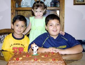 María Fernanda Muñoz González con sus hermanos Érick y Carlos en el festejo que le ofrecieron por sus dos años de edad, ellos son hijos de Jacinto Muñoz Álvarez y Lorena G. de Muñoz.